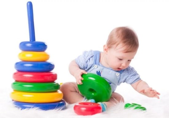 малыш 1 год собирает пирамидку
