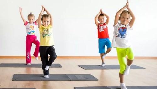 дети 2 лет держат равновесие
