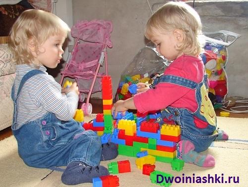 двойняшки строят из конструктора