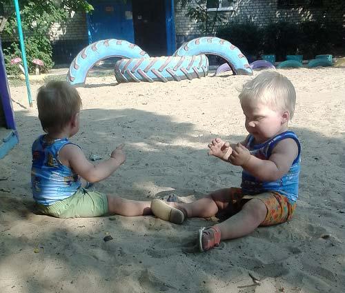 фото двойняшек в песочнице