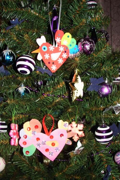 бумажные петушки на елке фото