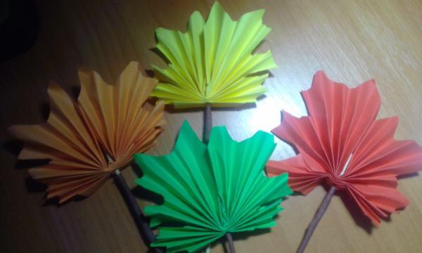 фото бумажных осенних листочков