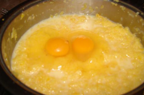 добавляем в тесто яйца - фото