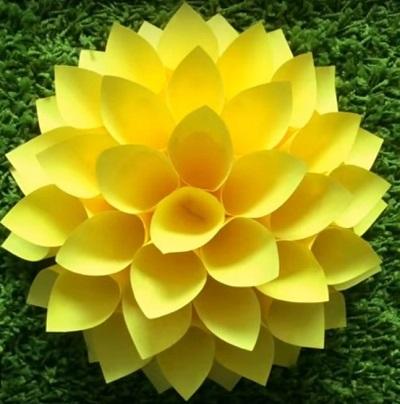 фото большого желтого бумажного цветка