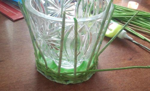 оплетаем вазу трубочками