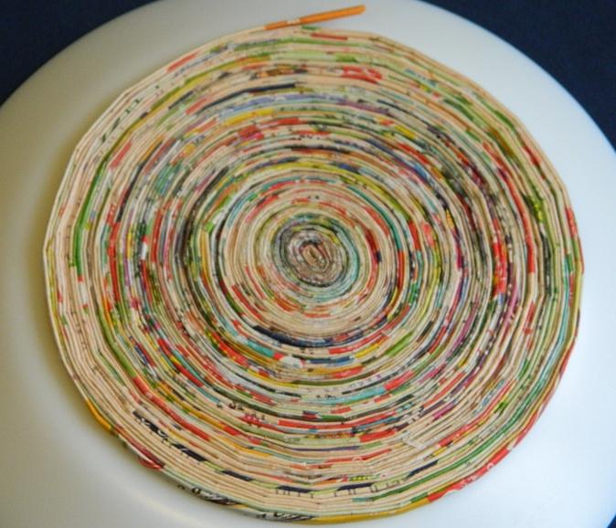 сплетенная тарелка-панно из трубочек