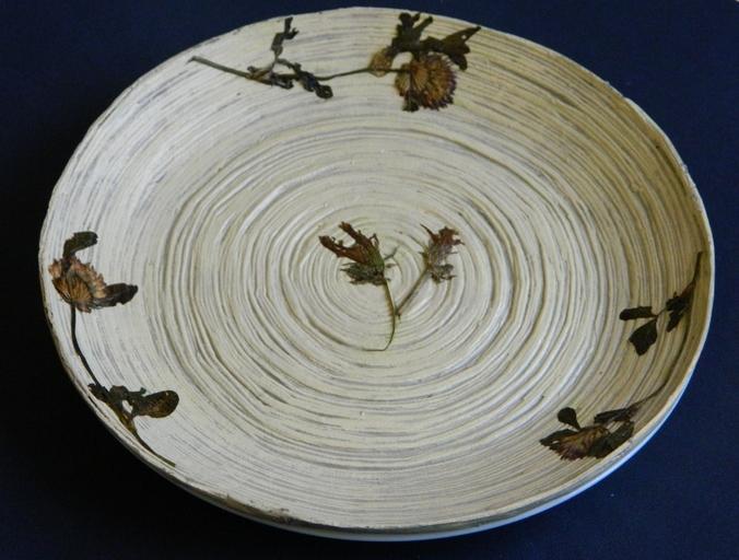окрашенная тарелка из газетных трубочек