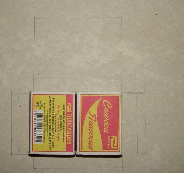 спичечные коробки на зеленом картоне