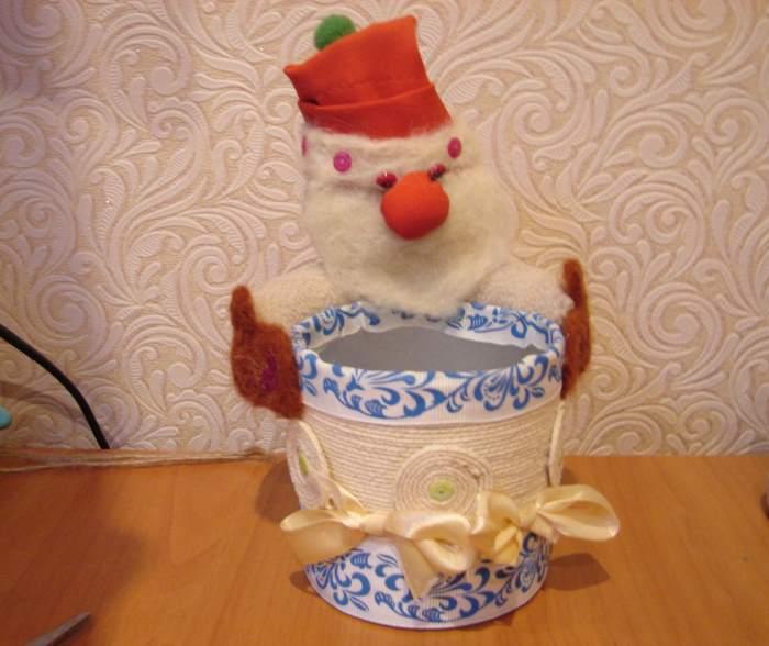 поделка «Стакан для карандашей Дед Мороз»