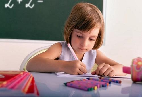 ребенок делает уроки самостоятельно
