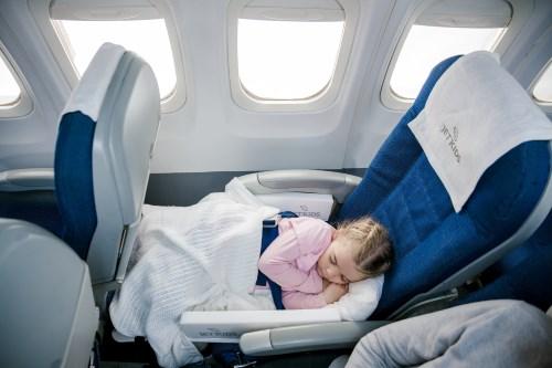 ребенок спит в самолете